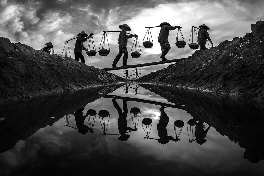 1ST PLACE - Black & White People PHOTO of the Year 2019, SUNSET - HOA TRAN TRUNG